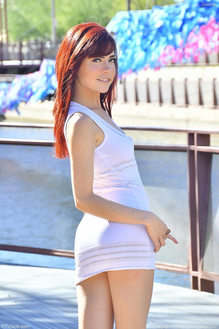 junge heisse rothaarige sabina zeigt einen heißen arsch, während sie den öffentlichen höschenrock blinkt deutsche fotos
