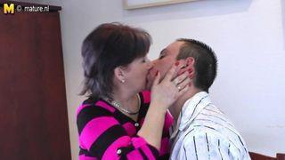 Erstaunliche Amateur Freundin saugt Schwanz mit Gesichtsbehandlung